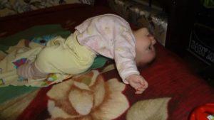 малыш 4,5 месяца плохо  спит, выгибается, хнычет, потеет