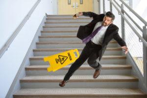 потеря равновесия при спуске по ступенькам