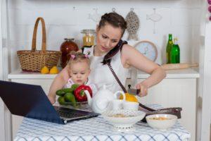 Трудный выбор для мам: пойти на работу или остаться дома с ребенком?