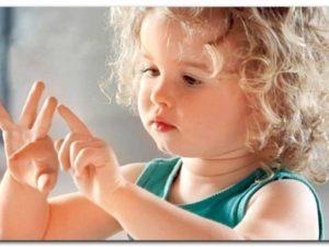 Ребенок играет пальцами