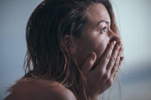 неконтролируемый приступ плача