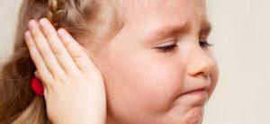 у дитини болить вушко